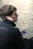 Entspannung durch den Fluss Stockfotos