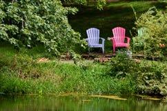 Entspannung durch den Teich Lizenzfreie Stockbilder