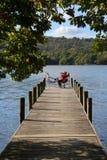 Entspannung durch See Windermere - See-Bezirk - England stockbild