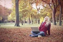 Entspannung in einem aprk stockfoto