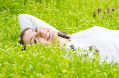 Entspannung im Gras Stockfotografie