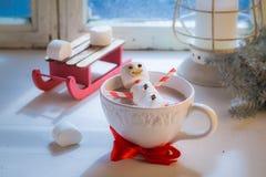 Entspannung im heißen Kakaoschneemann für Weihnachten stockbild