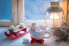 Entspannung im heißen Kakaoschneemann gemacht von den Eibischen für Weihnachten lizenzfreie stockfotografie