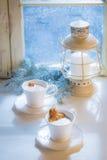 Entspannung im heißen Lebkuchenmann des Kakaos zwei für Weihnachten lizenzfreie stockfotografie