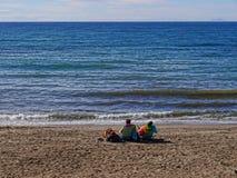 Entspannung im Sonnenschein des Strandes in Marbella in Spanien Stockfotografie