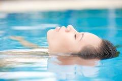 Entspannung im Wasser Stockbild