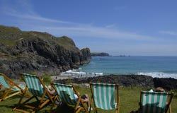 Entspannung an Kynance-Bucht, Cornwall Stockfoto
