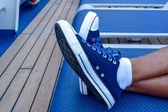 Entspannung Männliche Füße gekreuzt im Klubsessel stockbild