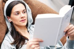 Entspannung mit Buch Stockbild