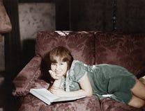 Entspannung mit einem guten Buch (alle dargestellten Personen sind nicht längeres lebendes und kein Zustand existiert Lieferanten stockfotografie