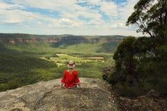 Entspannung mit einer schönen Aussicht von Gebirgs- und Talansichten lizenzfreie stockfotografie