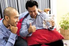 Entspannung mit Freunden in der Toilette Lizenzfreie Stockfotos