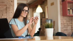 Entspannung mit Smartphone stock video