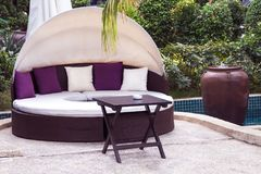 Entspannung nahe dem schönen Swimmingpool: Luxussofa mit PU Stockfotografie