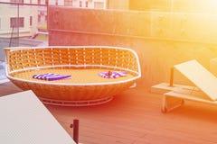 Entspannung nahe dem Swimmingpool auf dem Dach Stockbilder