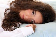 Entspannung - schöne Frau im Bett Stockbild