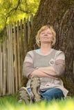 Entspannung unter Baum Lizenzfreie Stockfotografie