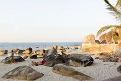 Entspannung unter den Steinen auf silbernem Strand stockfoto