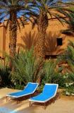 Entspannungbereich in einer exotischen Feiertagsrücksortierung Stockfotos