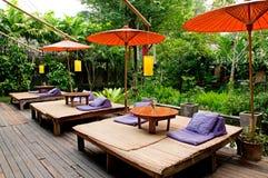 Entspannungsbett nahe dem Garten Stockbild