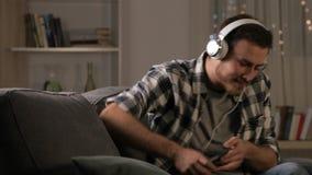 Entspannungsc$hören des glücklichen Mannes Musik in der Nacht
