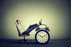 Entspannungsc$sitzen der Geschäftsfrau im Büro Druckfreizeitmanagementkonzept