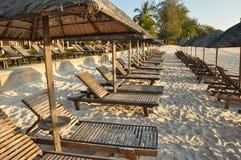 Entspannungsholzstuhl in der Strandseite lizenzfreie stockfotos