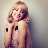 Entspannungslachende blonde Frau der jungen Mode mit kurzes Haar styl Stockbild