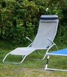 Entspannungsplatz - Garten mit Klappstuhl Stockbild