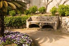 Entspannungsplatz mit Bank in einem blühenden Garten, Landhaus Rufolo, Ravello, Amalfi-Küste, Italien, Solerno, Europa Lizenzfreies Stockfoto