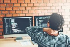Entspannungssich entwickelnder Programmierer Development Website-Entwurf und -kodierung von den Technologien, die im Softwareunte lizenzfreies stockfoto