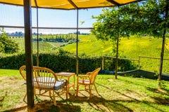 Entspannungssitzecke mit schöner Aussicht in Toskana, Italien Stockfotografie