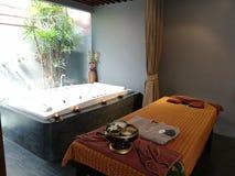 Entspannungstime†‹with†‹Badekurort massage†‹treatment†‹ lizenzfreie stockbilder