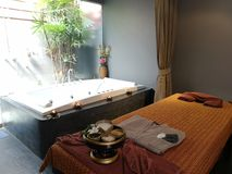 Entspannungstime†‹with†‹Badekurort massage†‹treatment†‹ stockfotografie