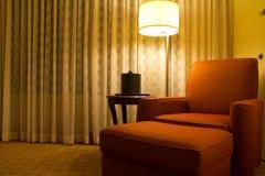 Entspannungstuhl in einer Ecke des Hotelzimmers Lizenzfreie Stockfotografie