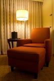 Entspannungstuhl in einer Ecke des Hotelzimmers Lizenzfreie Stockfotos