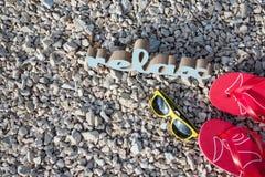 Entspannungszeit auf dem Strand mit Sonnenbrille und Flipflops lizenzfreie stockfotos