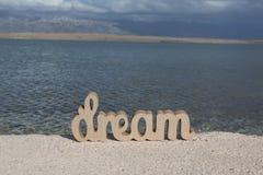 Entspannungszeit auf dem Strand mit Zeichen TRAUM lizenzfreies stockfoto