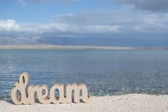 Entspannungszeit auf dem Strand mit Zeichen TRAUM lizenzfreie stockfotografie