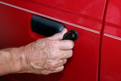 Entsperren der Autotür mit einer Taste Stockbild