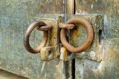 Entsperren Sie auf einer alten Tür Stockfotos
