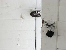 Entsperrte hölzerne Tür Lizenzfreie Stockbilder