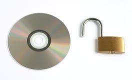 Entsperrtes geöffnetes Vorhängeschloß und CD stockfotos