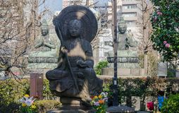 Entsprechen von Buddha-Statuen in Senso-jitempel, Asakusa, Tokyo, Japan lizenzfreies stockfoto