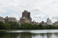 Entspringen Sie auf Central Park mit Ansicht von New- Yorkgebäuden Lizenzfreies Stockbild