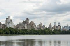 Entspringen Sie auf Central Park mit Ansicht von New- Yorkgebäuden Stockfoto