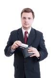 Entsprochener Mann, der Kreditkarte von der Geldbörse zieht Lizenzfreie Stockbilder