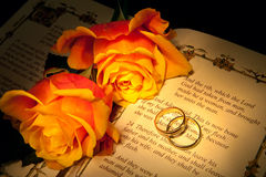 Entstehungsgeschichte- und Hochzeitsringe Stockbild