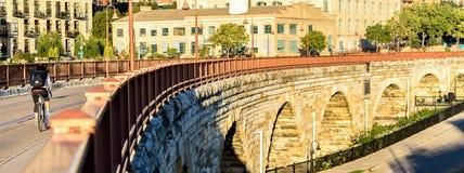 Entsteinen Sie Bogenbrücke stockfotos
