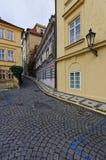 Entsteinen Sie den gelegten Weg von Prag auf beiden Seiten durchlaufend zwei Reihen von klassischen Gebäuden stockfotos